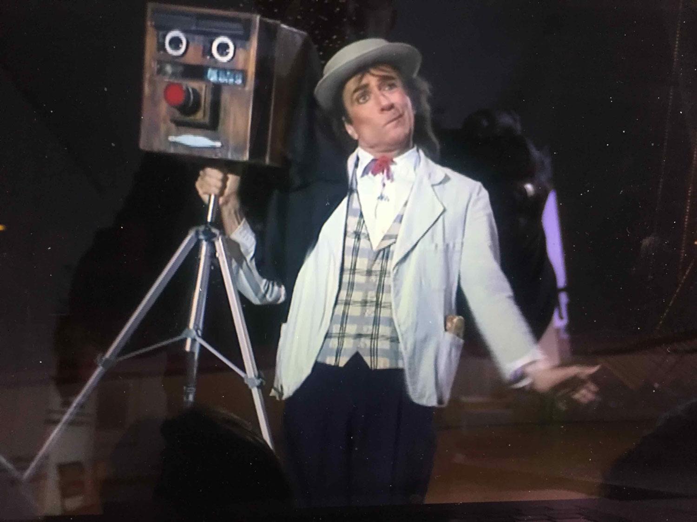 Zirkusclown Pic mit einer altmodischen Kamera