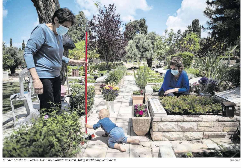 Zwei Frauewn und ein Klinkind pflegen ein Grab