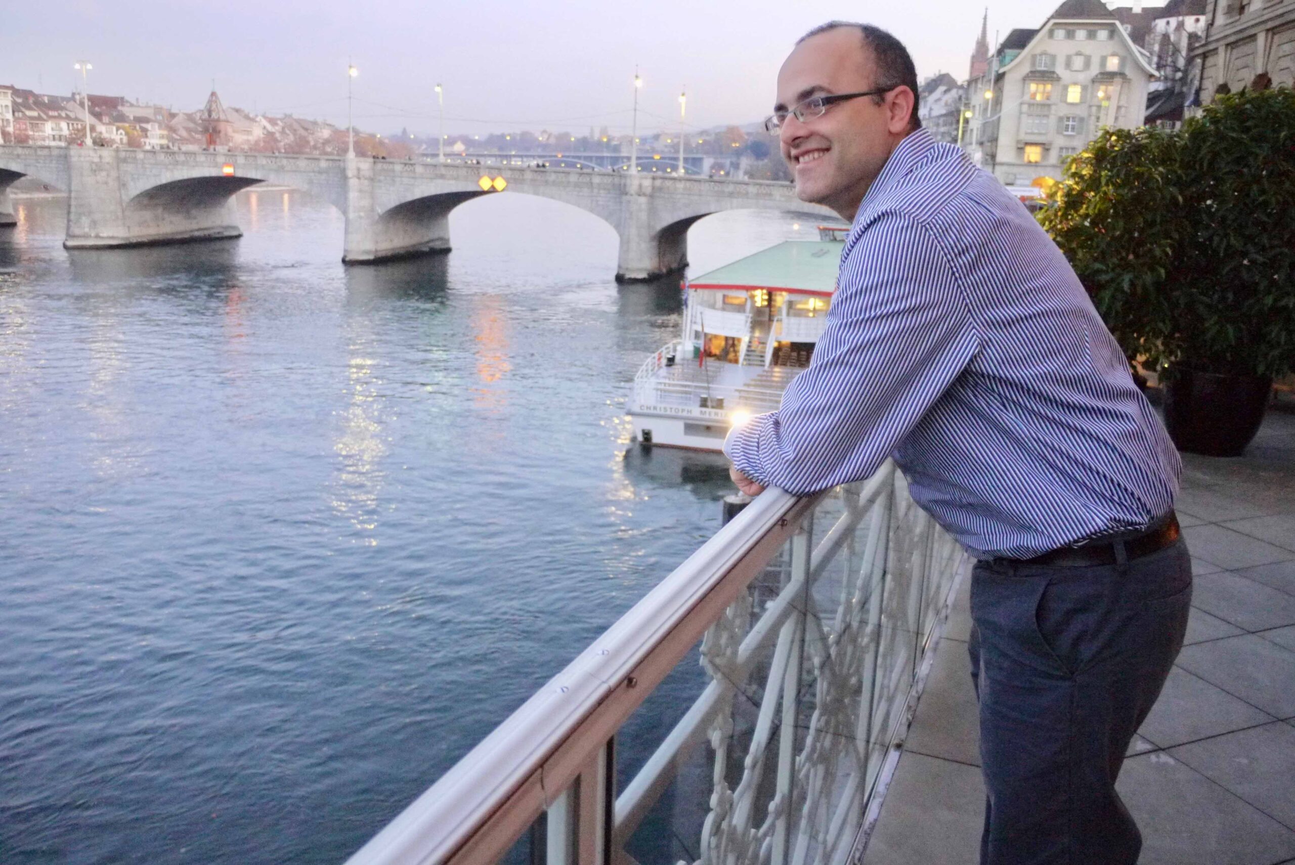 Schriftsteller Alon Hilu aus Tel Aviv auf dem Balkon des Hotels Trois Rois in Basel mit Sicht auf den Rhein