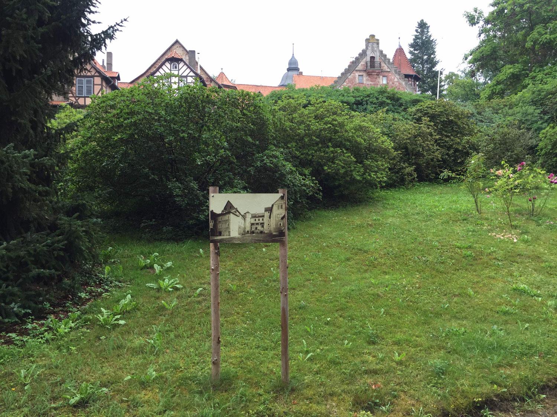 Eine alte Fotografie zwischen zwei Stecken in einem Schlosspark