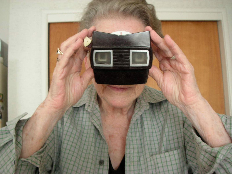 Eine Frau betrachtet Dias durch einen Viewmaster