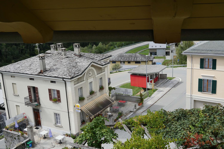 Ein kleines rotes Häuschen. Es ist der Ort, an dem früher die Grenzwächter in Castasegna die Fahrzeuge zur Passkontrolle anhielten