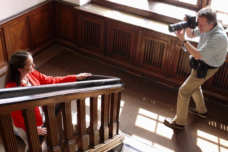 Ein Fotograf fotografiert eine Autorin im Treppenhaus eines Literaturhauses