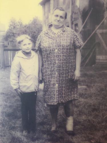 Liesbeth Löffler mit einem Enkelsohn