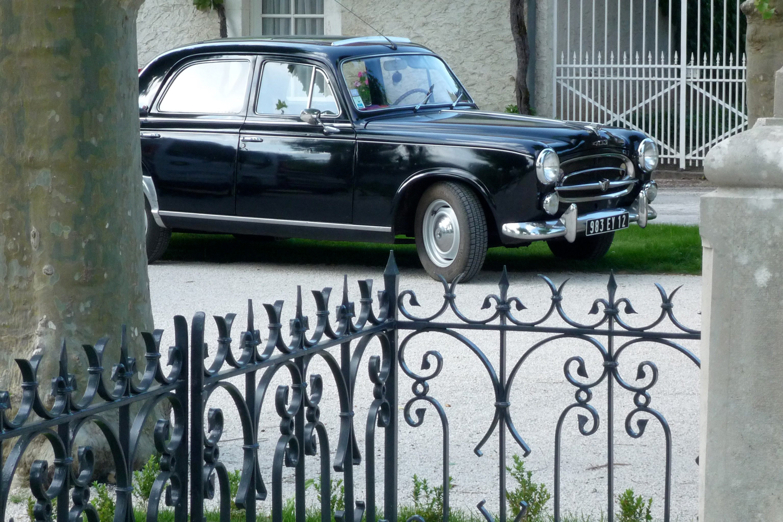 Ein alter schwarzer Peugeot 403
