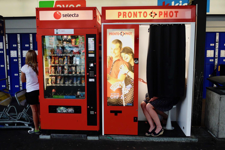 Ein Fotoautomat am Bahnhof und jemand lässt sich fotografieren