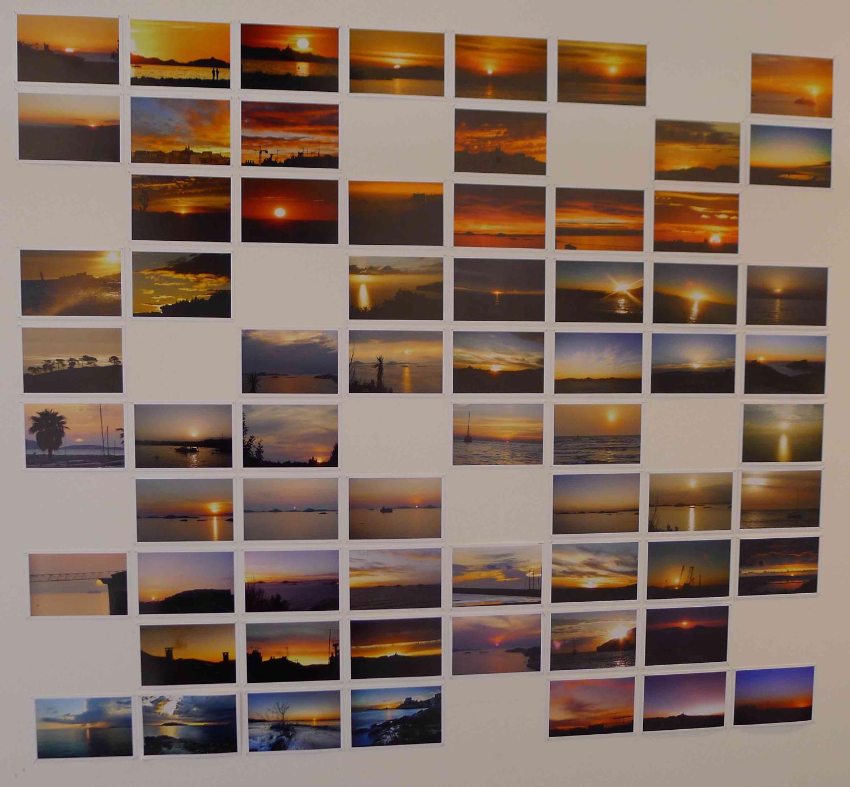 Eine Wand voller Ansichtskarten von Sonnenuntergängen