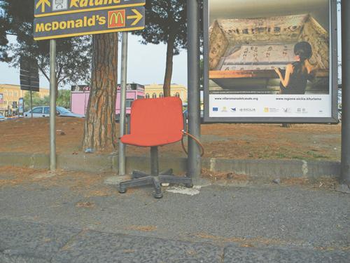 Ein McDonald's Plakat und eine Werbung für römische Ausgrabungen