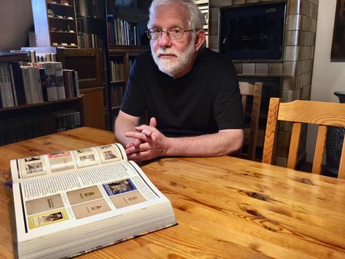 Sammler Gabathuler in seiner Bibliothek