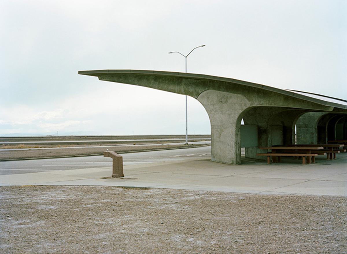 Eine Wartehalle aus Beton irgendwo im Westen der USA