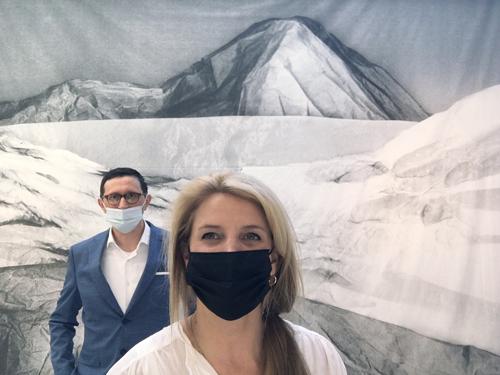 Künstlerin Dominique Teufen und Kurator Guido Baumgartner im Selfiebild