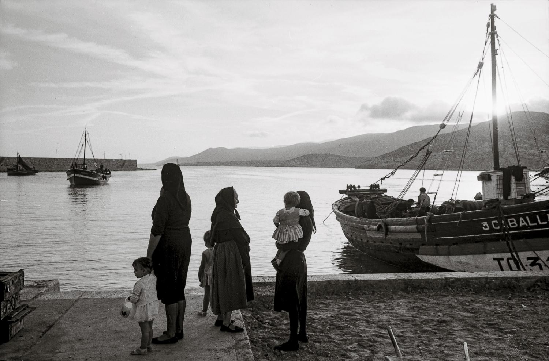 Frauen und ihre Kinder am Fischerhafen von Peniscola in Spanien