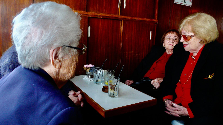 """Die Damen vom """"Club"""" im Café Mersand in Tel Aviv"""