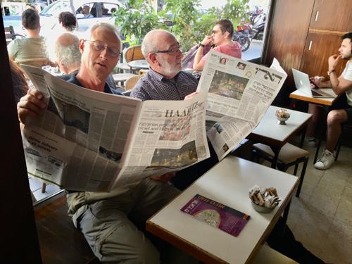Leser im Café Mersand in Tel Aviv