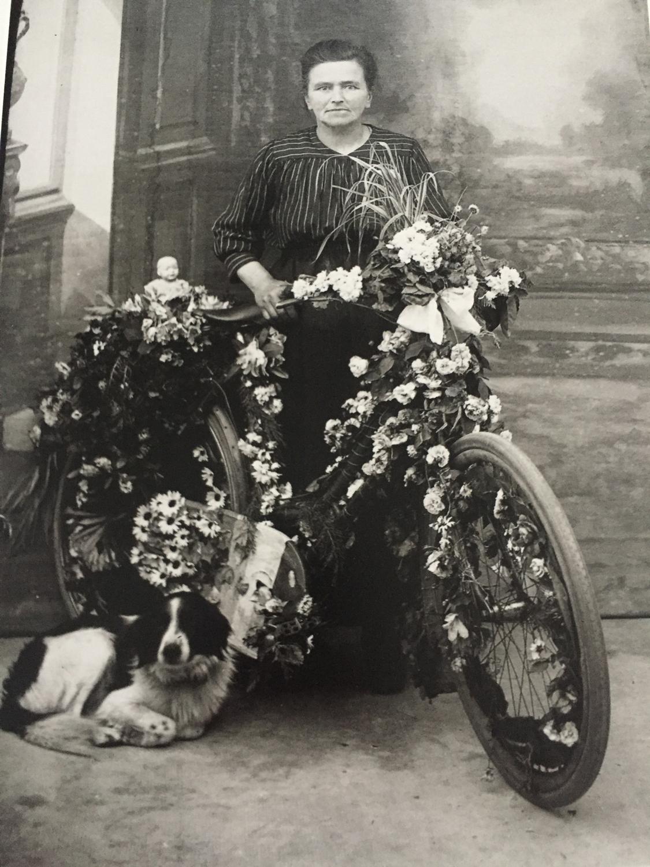 Madame Yvonne mit ihrem geschmückten Fahrrad
