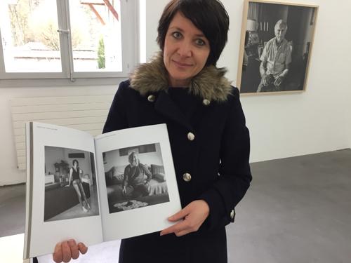 Isabel Noel zeigt ihr Porträt im Katalog der Ausstellung