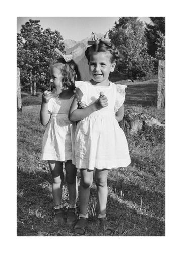 Monika Helfer als Kind (links) fotografiert von Erwin Thurnher
