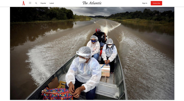 Mitarbeiter des Sanitätsdienstes unterwegs in einem Boot im Amazonas mit Impfstoff für Dorfbewohner