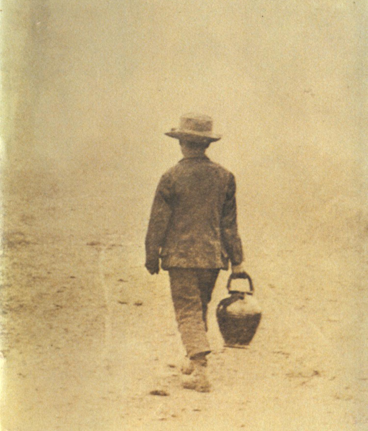 Ein Knabe um die Jahrhundertwende unterwegs. Eine alte Fotografie
