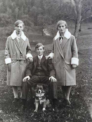 Drei Geschwister. Undatierte Fotografie von Josef Aregger.