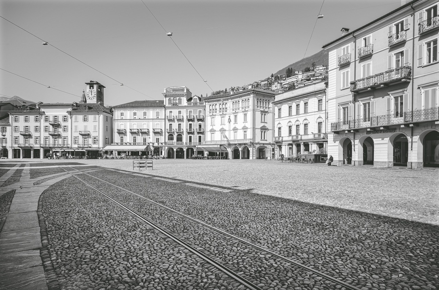 Die menschenleere Piazza Grande von Locarno