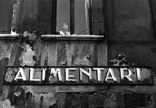 Aufschrift eines Lebensmittelgeschäfts in Italien