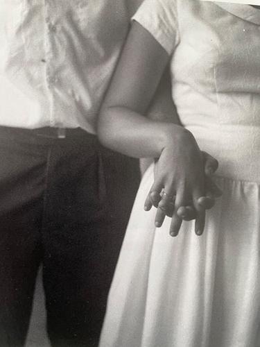 Hochzeit im Kibbutz Merchavia. Die Hände des Brautpaars