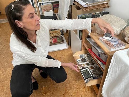 Die Künstlerin <eleni Trupis in ihrem Atelier